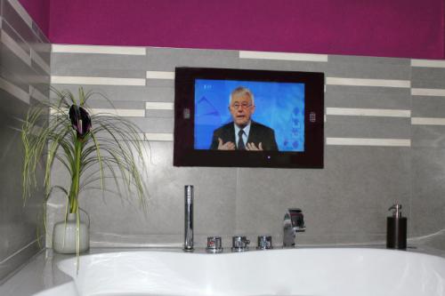 Badkamer tv voorbeelden van tevreden klanten inbouw tv for Spiegel tv video